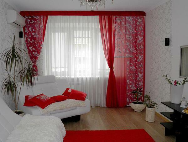 Red curtains in combination with white wallpaper look very exquisite
