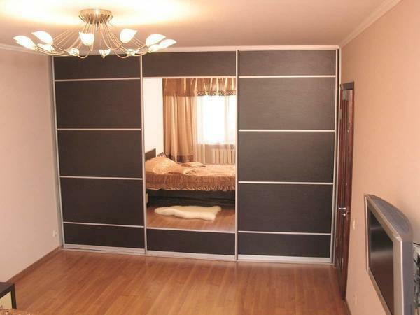 Stylishly complement the interior of the bedroom can be with the help of a beautiful wardrobe with mirrored doors