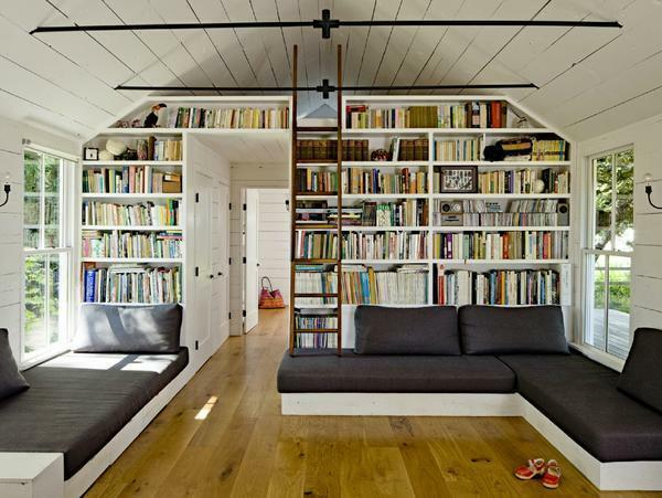Creatively decorate the guest room is capable of a bookcase with many interesting books