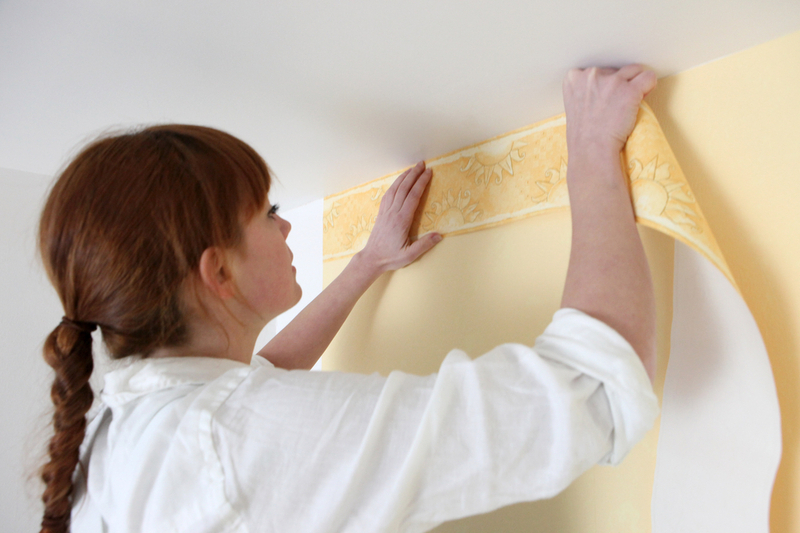 Wallpapering: on hardboard, on the ceiling, on the walls, pasting of corners, rules, methods, gluing technology instruction