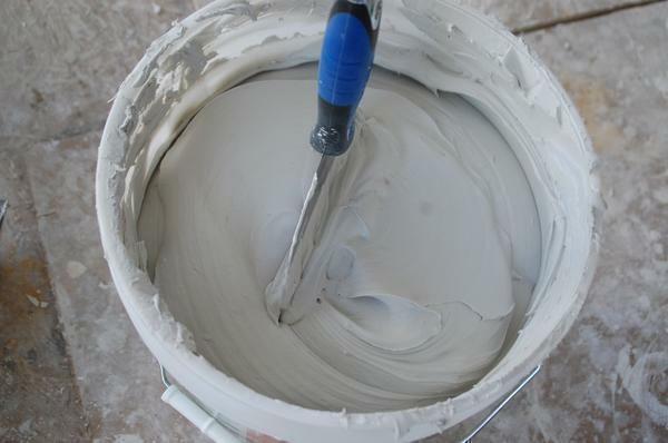Loose putty is not recommended if there is no experience of finishing works. Failure to observe the proportions when it is diluted can spoil all the work done before