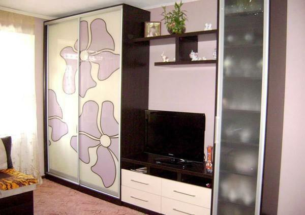 Many prefer to choose the closet for the bedroom, because it perfectly saves space in the room