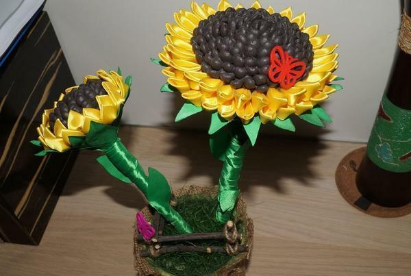 Using satin ribbons of yellow and green, you can create an original topiary in the form of a sunflower