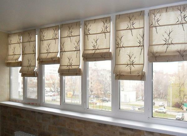 Choose blinds, depending on personal preferences and design of the balcony