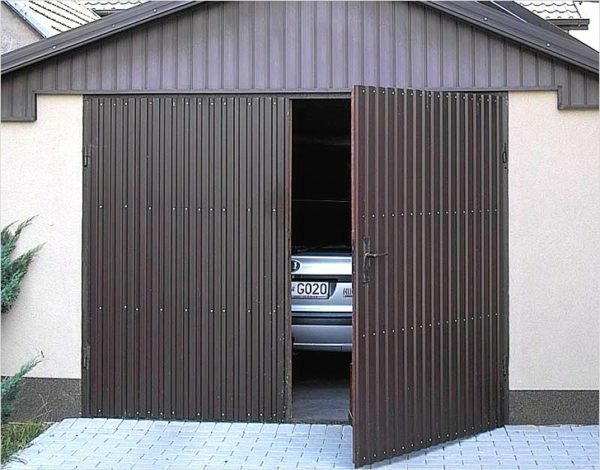 Steel sheet for covering the gate is used only in the protected area.