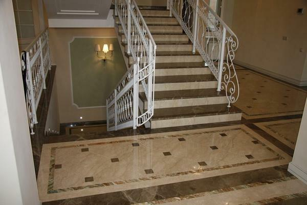 The staircase, faced with marble, has a long service life and good aesthetic qualities