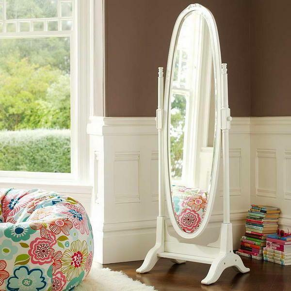 The outdoor mirror perfectly fits into any interior, however it is worth remembering that it looks best in a large bedroom
