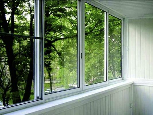 To equip the balcony, many prefer to use practical and reliable aluminum windows