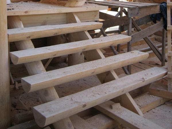 Before the operation of the staircase from logs, it must be treated with a special solution protecting it from the negative effects of natural factors