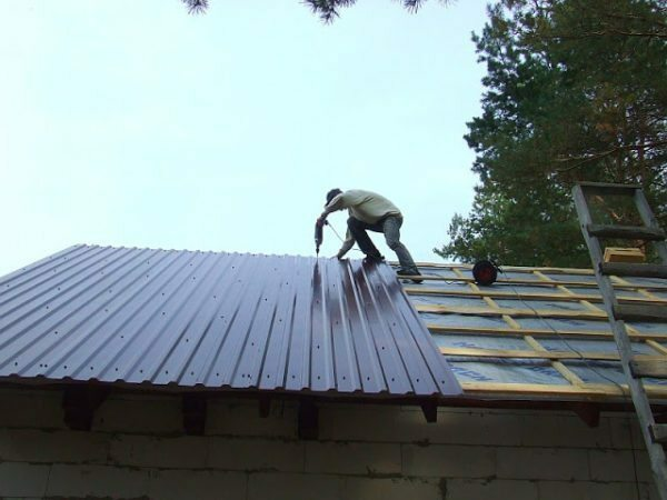 How to cover the roof with his hands Decking: assembly instructions, videos and photos