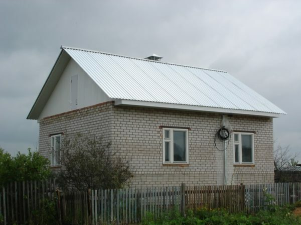 The roof is made of corrugated board without the least durable polymer coating