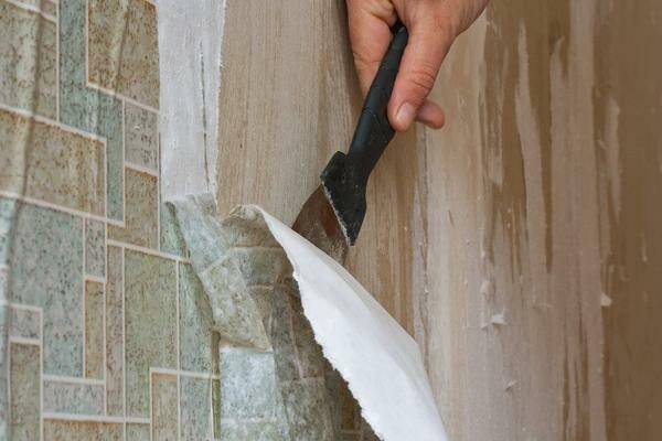 Masters recommend cleaning the surface of walls from old wallpaper before applying a new coating