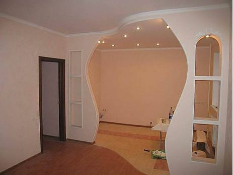 For fans of more complex and intricate designs, and there are similar plasterboard partitions - between the hallway and living room