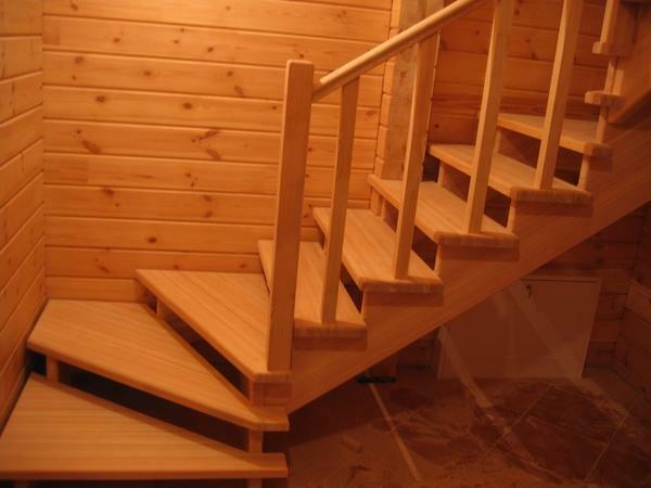To a wooden staircase lasted longer, it must be covered with a layer of varnish