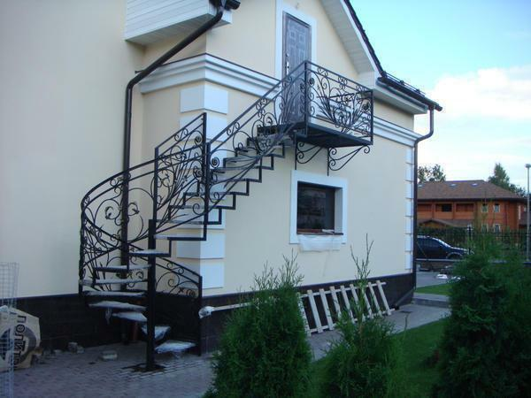 The staircase in the street, which is intended for ascent to the second floor, should not only be practical, but also safe