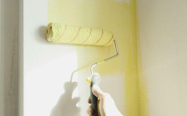 Modern dyes do not spoil the structure of the wallpaper. If necessary, they can be washed