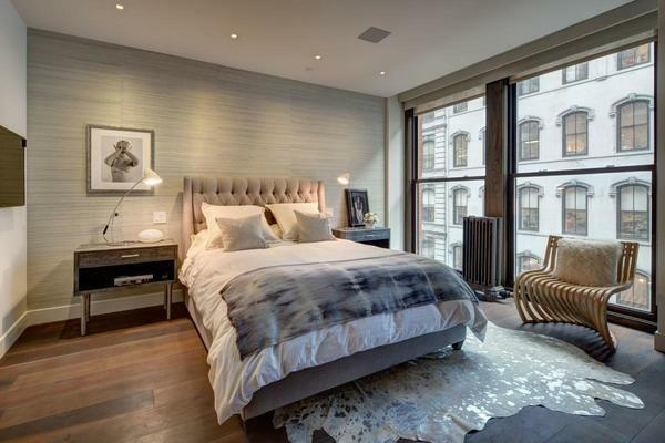 When choosing a design for a bedroom, you need to consider the style of the floor and ceiling