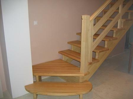 Among the advantages of wooden stairs is worth noting a small price