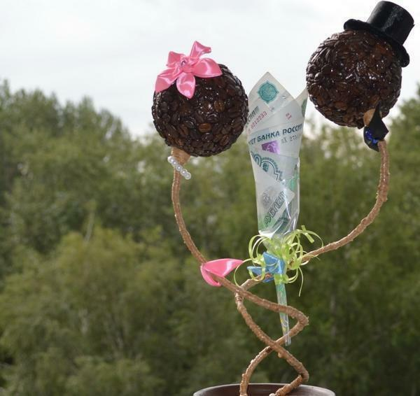 Wedding - one of the most striking events in life, so an excellent gift will be a topiary made of coffee, made by own hands