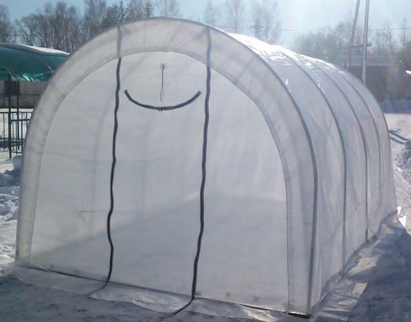 A cover is very simply put on the construction of a greenhouse
