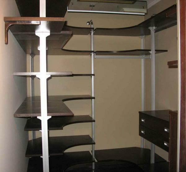 In the dressing room are placed open shelves, which expand it visually