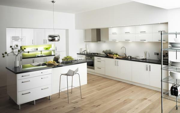 White wallpapers in the kitchen symbolize cleanliness and order