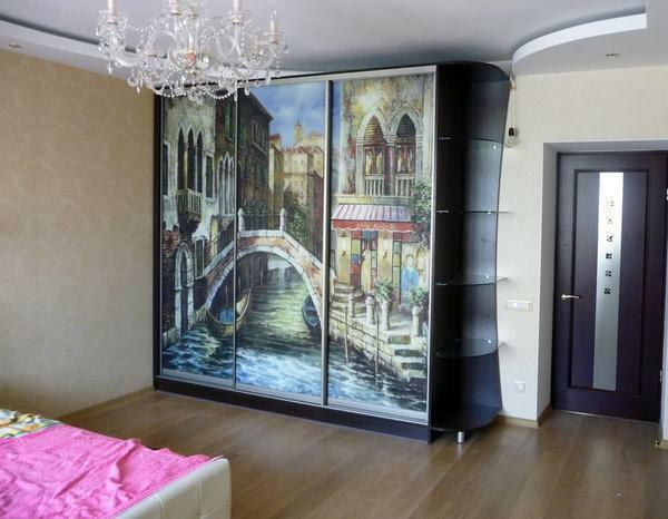 Beautiful and stylish decorate the interior of the bedroom can be with the help of a wardrobe with photo printing