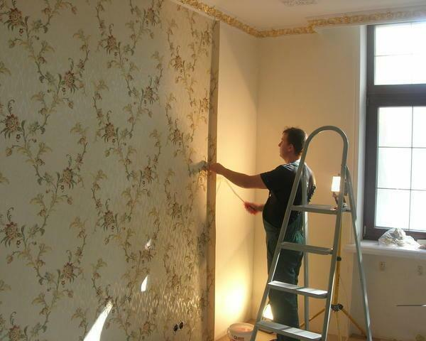 When choosing wallpaper on a non-woven basis, the process simplifies the fact that the adhesive is applied to the wall, and the wallpaper itself remains dry