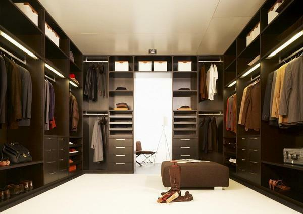 If the area of ​​the apartment is large, then for the wardrobe you can allocate such a quantity of space, which would be enough for the arrangement of high lockers along the perimeter