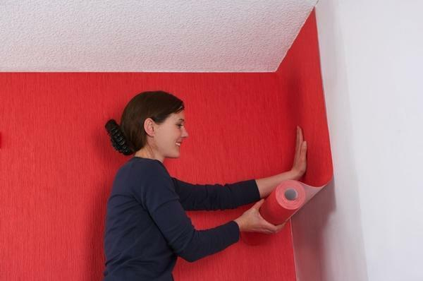 Work on pasting walls with wallpaper on a non-woven basis should be made from the corner of the room