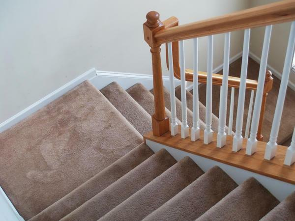 Finishing of the staircase: laminate flooring, photo coating for stairs, rubber in the house is non-slip, wooden staircase