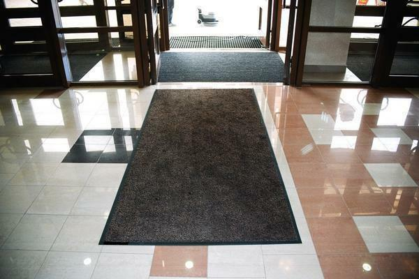 Rubber-based mats for the hallway have one major advantage-the coating material does not release hazardous substances