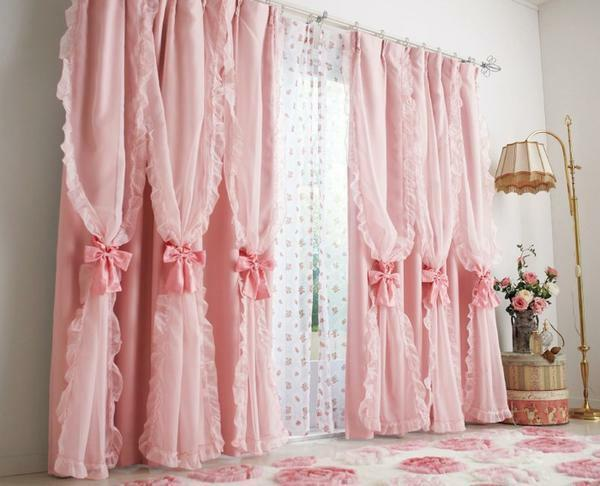 Pink curtains in any room look very original