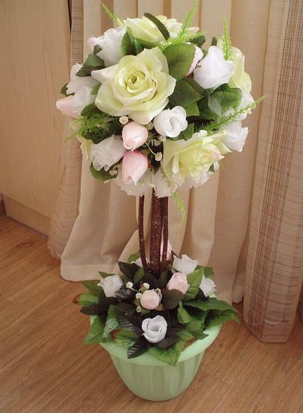 The topiary of flowers will decorate any interior of the room