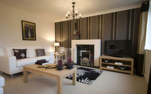 For the living room, a good option is to focus on the area where the TV or fireplace is placed