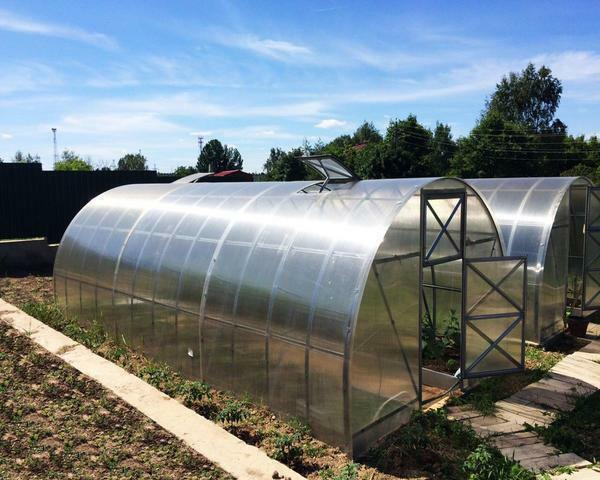 The greenhouses are divided into different types of strength and application of the covering material