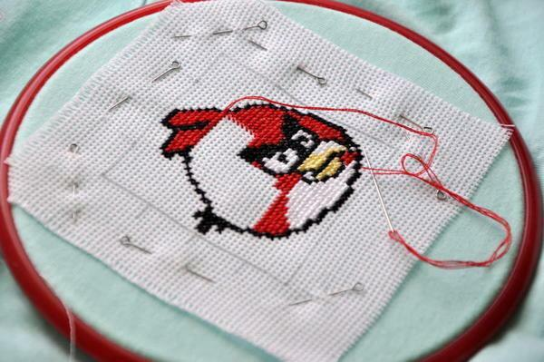 Cross-stitch embroidery starts from the middle of the picture