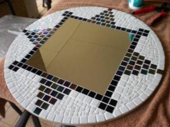 Decorating a mirror in the bathroom with mosaic